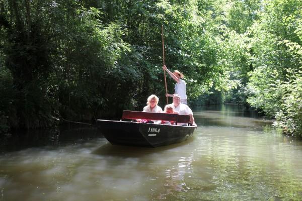 Balade en famille sur la Venise Verte en barque